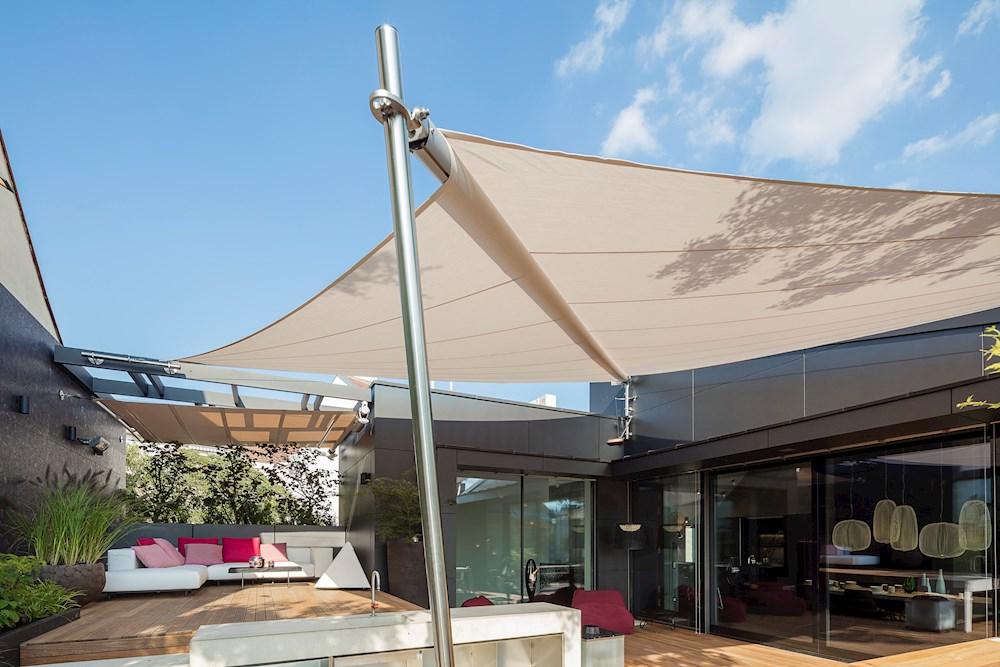 sonnensegel elektrisch sonnensegel in elektrisch aufrollbar ber einem pool bietet das auf. Black Bedroom Furniture Sets. Home Design Ideas